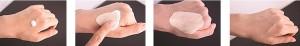 Emulsão contendo pigmentos microencapsulados que são rompidos após fricção