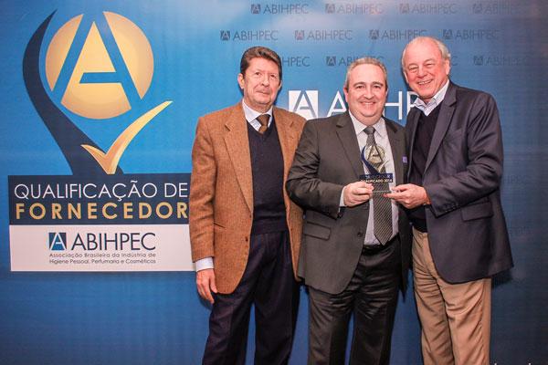 Diretor Douglas Vocci recebe a estatueta do presidente da ABIHPEC